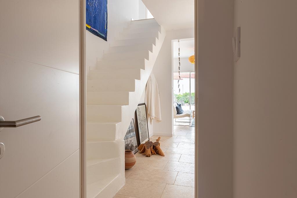Escalier intérieur en béton ciré blanc