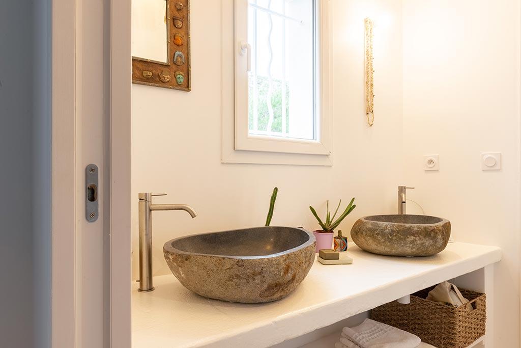 Vasques posées en pierre naturelle